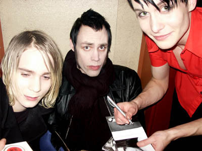 En skärrad Henrik De La Cour får en autograf av Mattias